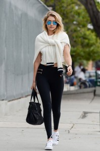 Gigi Hadid paparazzi on street
