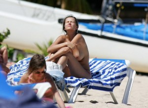 Anna Draganska topless beach