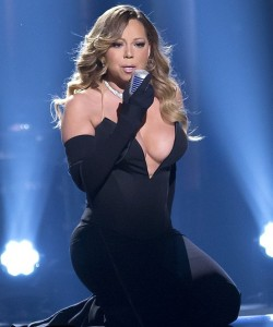 Mariah Carey exposes boobs on stage