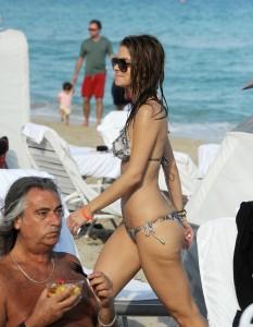 maria-menounos-at-the-beach