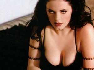 rose-mcgowan-cleavage