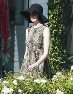 Anne Hathaway out shopping photo 1