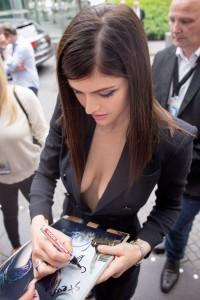 Alexandra Daddario sideboob