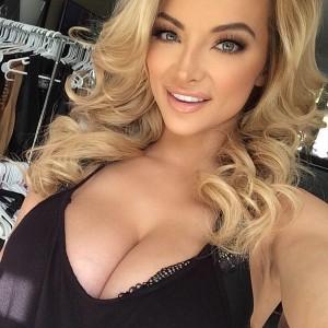 Lindsey Pelas selfie