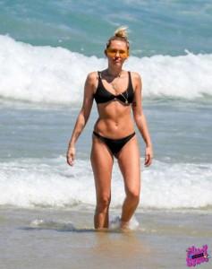 Miley Cyrus bikini paparazzi